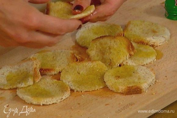 Полить хлеб с обеих сторон оливковым маслом так, чтобы он был влажным.