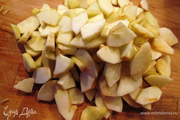 Яблоки отчистить от кожуры и семян, порезать тонкими лепешками.