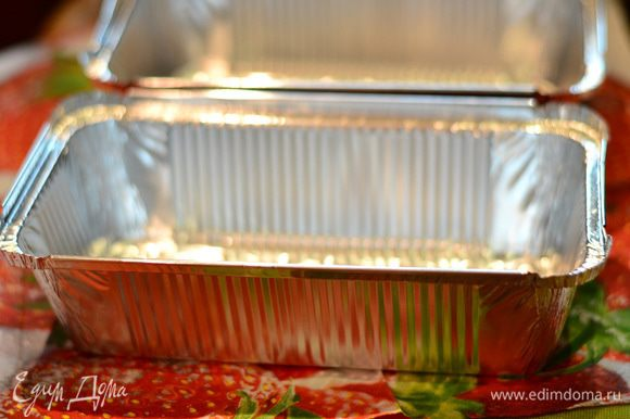 После этих процедур взять прямоугольную форму для заморозки и выпечки и застелить пленкой. Формы понадобятся 2 именно одинаковых (для мороженого и для бисквита), в принципе сейчас продаются недорогие одноразовые формы в комплекте 3 шт.
