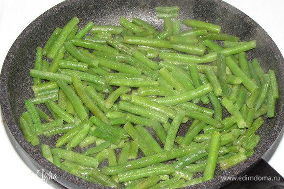 Пока готовится мясо, можно приготовить гарнир. Зеленую замороженную фасоль, потушите на сковороде с добавлением сливочного масла. На гарнир так же хорошо подойдут рис, макароны или приготовленные на пару овощи.