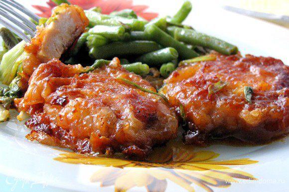 Выложите на тарелку мясо и гарнир и подавайте. Приятного аппетита!