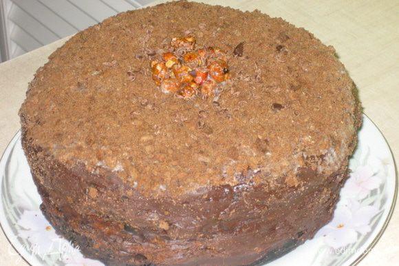 """Сборка: Шоколадный бисквит, разрезать на 2 части. Крем """"Патисьер"""" разделить на 2 части и смазать 1/2 крема, 1 часть бисквита. Положить сверху песочные коржи перемазанные ириской. Сверху на них 2 часть крема и 2 часть бисквита. Сверху нанести шоколадную глазурь и украсить по желанию."""