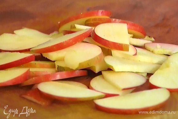 Яблоко, удалив сердцевину, нарезать не очень тонкими дольками и отправить к капусте.
