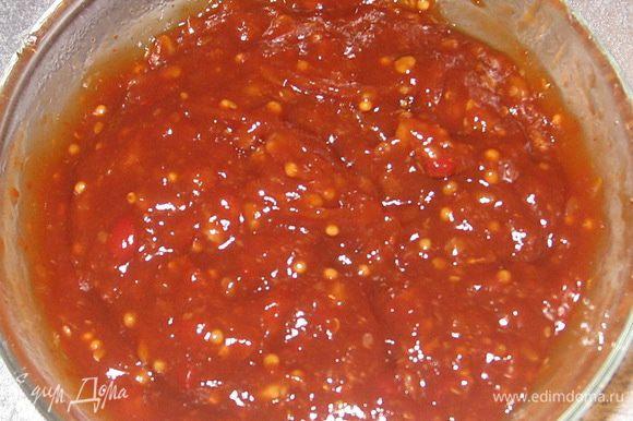 """Смешиваем: """"цыганский"""" кетчуп, соевый соус, оливковое масло, лимонный сок. Выдавливаем туда чеснок."""