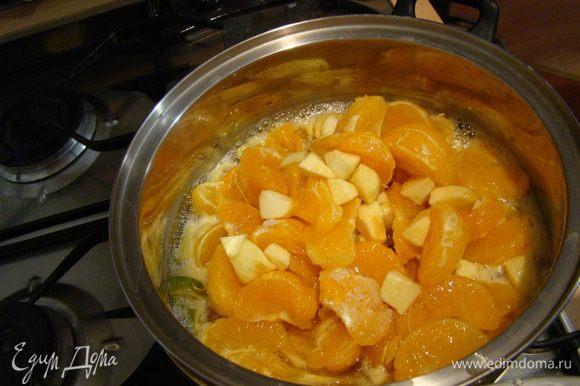 Добавляем мандарины - оставляем вариться на среднем огне минут 30-40, влить алкоголь