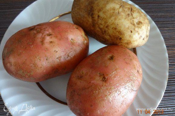 Картофель нужно взять одинакового размера, не поврежденный, тщательно вымыть со щеткой, обсушить бумажным полотенцем.
