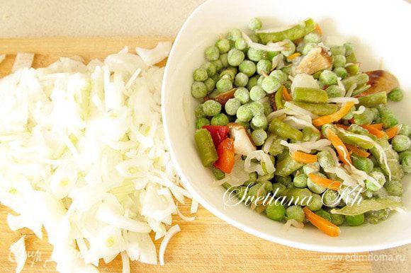Лук нарежьте на 4 части, а затем тоненькой соломкой. Замороженную смесь овощей оставьте при комнатной температуре на некоторое время. Можно прогреть ее в сотейнике, чтобы избавиться от лишней влаги.