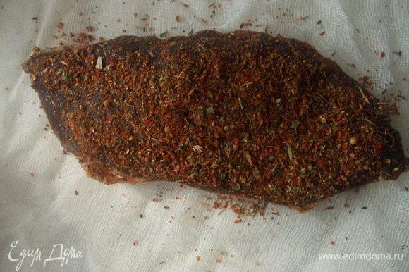 Затем нужно обмакнуть со всех сторон любимыми специями. Я брала приправу для мяса (кориандр, тмин, паприка, черный перец и др.)