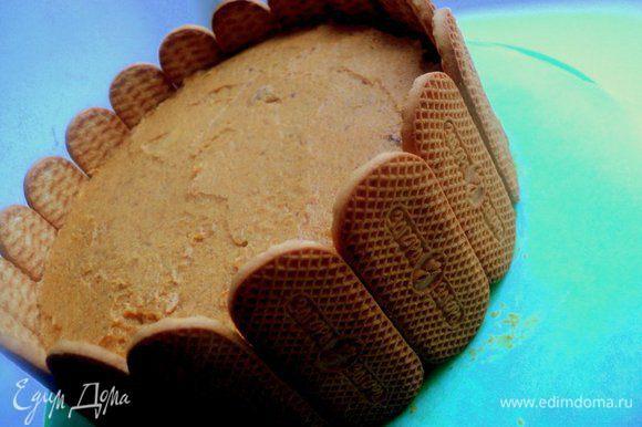Приклеить по бокам печенье и поставить торт в холодильник на 2 часа.