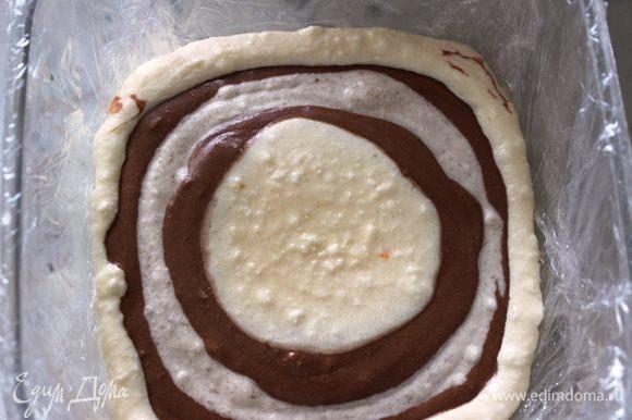 затем аккуратно добавить по центру банановую массу, на нее шоколадную....Все слои постепенно растекаются, образуя контрастные полосы