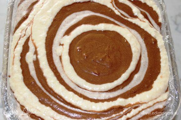 Таким образом заполнить всю форму: шоколадная+цитрусовая+шоколадная+банановая+шоколадная+цитрусовая......и так далее. Форму накрыть пленкой или крышкой и поставить в морозильную камеру как минимум на 6 часов (лучше на всю ночь). Кстати, по моим наблюдениям быстрее всего схватывается шоколадная часть, затем банановая...и больше всего времени для заморозки требуется цитрусовой части