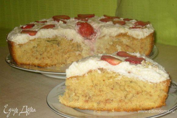 Сборка: На пирог выложить крем, разровнять. Сверху украсить нарезанной клубникой.