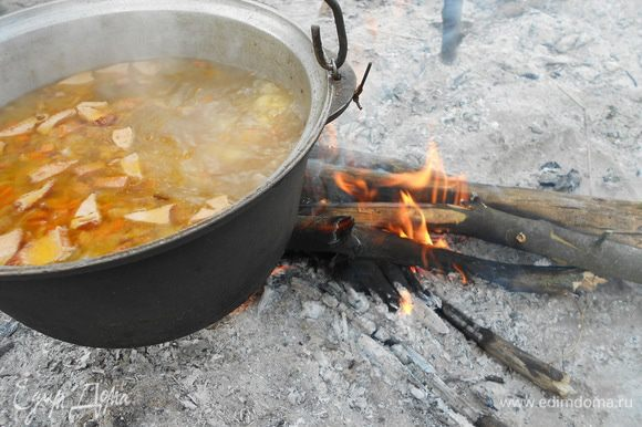 Доводим до кипения, в это время, очищенную от коры, фруктовую ветку обжигаем в костре