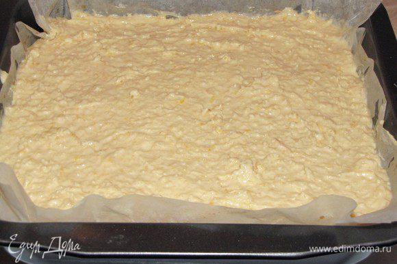 На тесто выложить, яблоки, затем крем, хорошо разровнять.