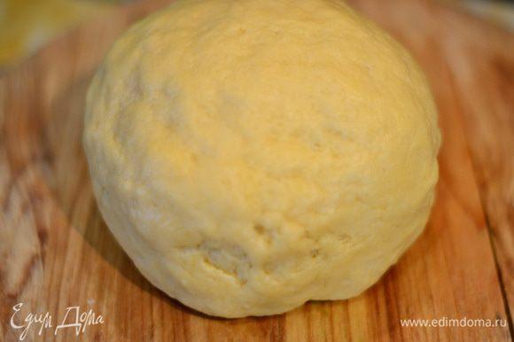 Замесить тесто, скатать в шар и отправить в холодильник на 1-2 часа.