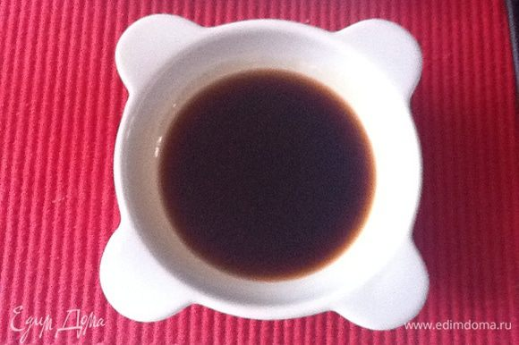 1. Наливаем соевый соус (в него добавляем каплю кунжутного масла), 2. Разрезаем на дольки лайм или лимон 3. Делаем из дайкона карпаччо. Чистим, строгаем на тонкие слайсы. Солим обязазательно морской крупной солью. За 5-10 минут соль растает и дайкон выделит сок. Поливаем любимым видом растительного масла (здесь рекомендую нежное, например, масло виноградных косточек).