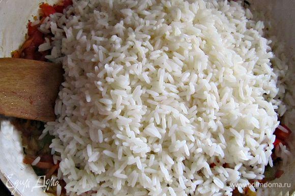 Отварить в подсоленной воде до готовности. Я использовала пропаренный рис, к для плова. Но вы можете использовать и другой, по вашему вкусу. Если у вас дома маленькие дети, то лучше использовать более нежный, круглый, дроблёный рис.