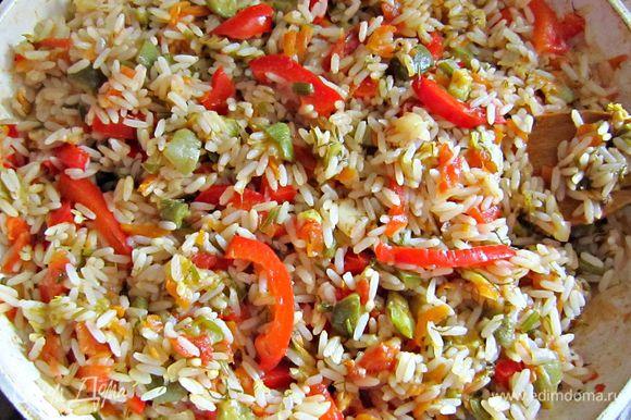 Отваренный рис промыть и добавить к овощам. Всё перемешать и довести до готовности под закрытой крышкой ещё в течение 5 мин.