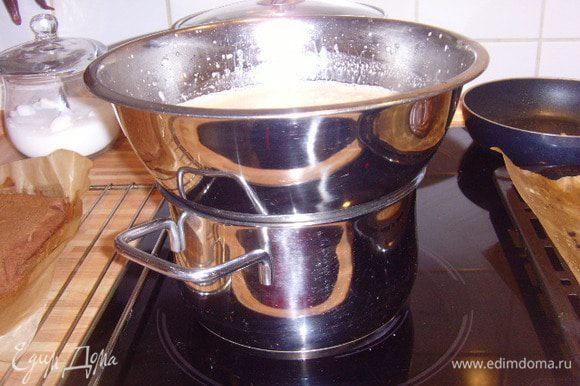Молочную смесь нагреть (не кипятить), отцедить через сито кофейные зёрна. Добавить ром. На водяной бане в яйчную смесь тонкой струйкой влить молоко и при постоянном помешивании довести до загустения. Добавить замоченный и отжатый желатин. Тщательно его растворить в креме.