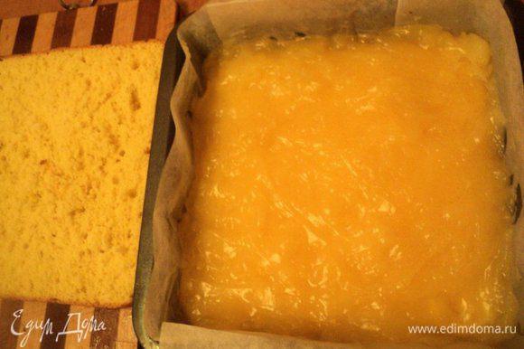 В форму, застеленную бумагой для выпечки, положить пласт бисквита, сверху вылить еще теплый апельсиновый крем, разровнять и накрыть вторым пластом бисквита. Поставить в холодильник.