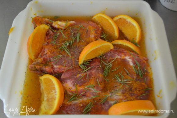Выложить в пакет или в блюдо свиные отбивные с маринадом, посолить и поперчить по вкусу, добавить розмарин и апельсиновые дольки. Поставить в холодильник и мариновать не менее 2-х часов или на ночь.