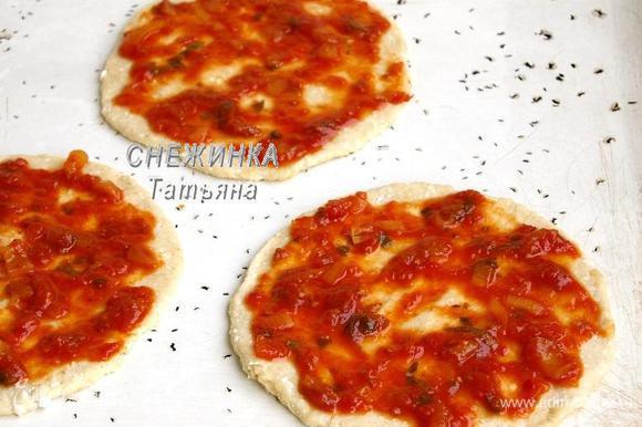 Тесто делим на три равные части. Раскатываем каждую в достаточно тонкий круг, около 5 мм высотой. Кладём на смазанный маслом противень. Смазываем томатным соусом. Если у Вас томатная паста, то приправьте сверху травами.