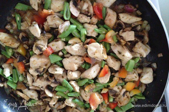 Добавляем нарезанный шампиньоны, зеленую фасоль, чеснок. Я еще добавила половинку болгарского перца. Помешивая, обжариваем еще минут 10.
