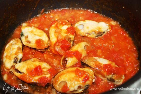 Выложить мидии в томатный соус.