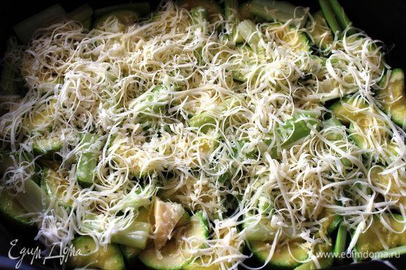 Сыр натереть на терке и присыпать кабачки
