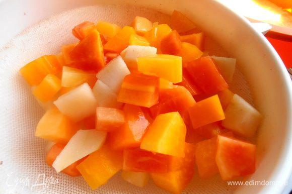 Всю баночку с фруктами опрокинем на сито и дадим стечь сиропу...