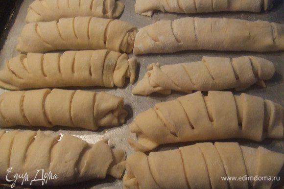 Деко смазать, выложить рогалики, выпекать до золотистой корочки, до 30 мин. Затем посыпать сахарной пудрой.