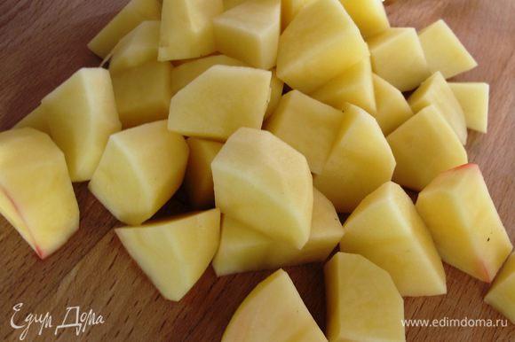 Картофель чистим, режем брусочками.