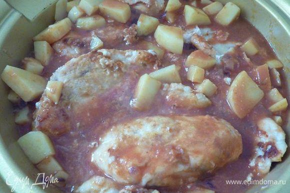 Добавьте помидоры и 60 мл воды. Вернуть курицу вместе с накопленным соком в миску и варить с крышкой до готовности, от 15 до 20 минут.