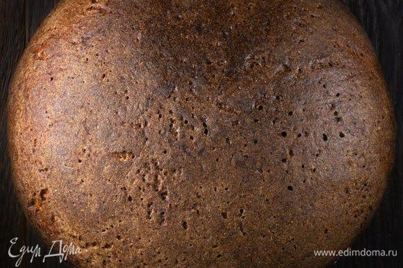 Ржаной хлеб нарезать ломтиками, выложить на сухой противень и сильно подсушить в нагретой до 180 градусов духовке.