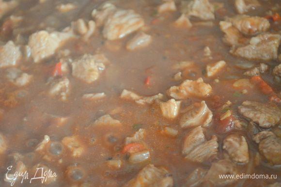 Добавляем томаты, перемешиваем и тушим на слабом огне примерно 15 минут... мясо должно стать очень мягким, нежным и пропитаться всеми ароматами и соками.