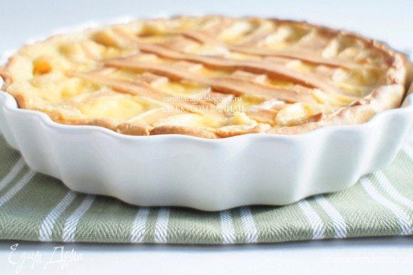 Поставить форму с пирогом в разогретую до 180 гр. духовку и выпекать 35-40 минут.