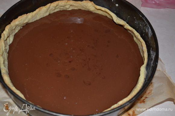 Добавляем яйца. перемешиваем. Вынимаем основу для тарта из духовки. освобождаем от груза и пергамента. Наливаем начинку из черного шоколада и выпекаем 10-15 минут при темп. 175-180 гр. Шоколадный слой должен только схватится! Тарт полностью охлаждаем.