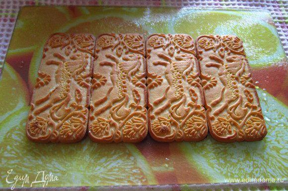 Подготовленное печенье укладывать на блюдо, на котором будем подавать торт.