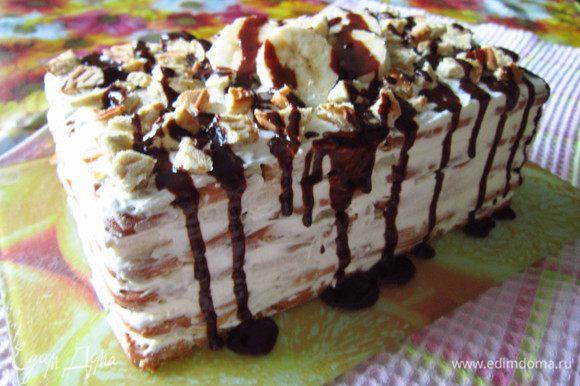 Сливки нанести на бока торта, украсить крошкой печенья и кусочками фруктов. Растопить темный шоколад и полить им торт. Готовый торт охладить в течение 2-3 часов. Приятного аппетита!