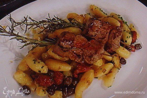 Подавать шашлыки на подушка из молодого картофеля с икрой из баклажана. Приятного аппетита!