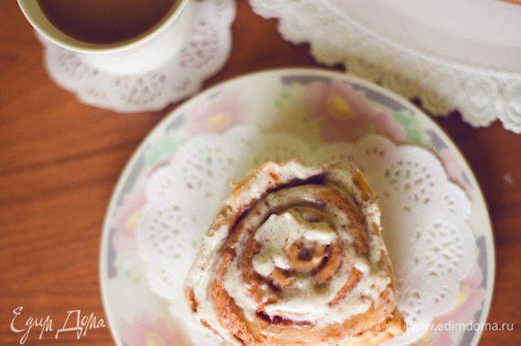 Как только наши пирожные готовы, вынимаем их из духовки и горячими поливаем глазурью. Можно дать им немного остыть и кушать. очень вкусное лакомство! очень калорийное, но ЖУТКО вкусное блюдо. Приятного аппетита)
