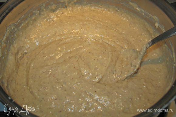 К этой смеси добавляем ореховую смесь и хорошо перемешиваем. Даем смеси остыть.