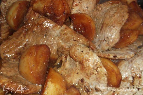 возвращаем свинину, заливаем бульоном, добавить 3 столовых ложки сахара, немного соли и перца, закрыть крышкой, убавить огонь и тушить 20 минут. Затем снять крышку и еще 10 минут подержать на огне, чтобы жидкость выпарилась и соус загустел.