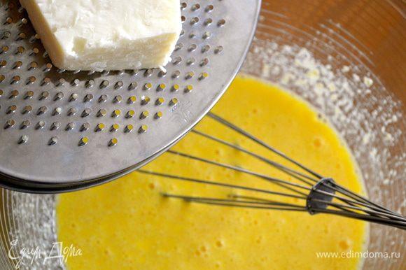 Добавить тертый твердый сыр. После этого еще раз хорошо все перемешать.