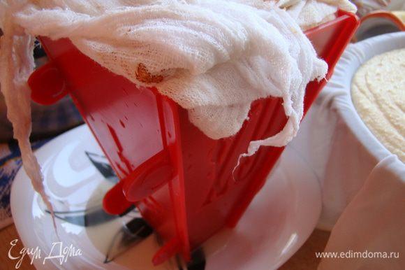 Накрываем тканью, ставим под груз на 12 часов (не менее), после чего вынимаем из формы, переворачиваем и ставим в холод