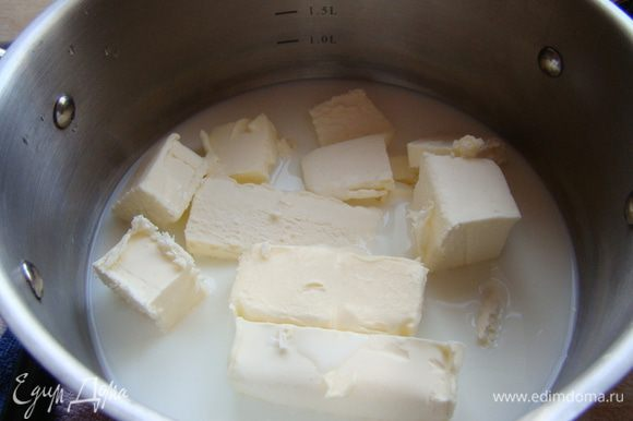 В оставшееся молоко добавить масло и соль, довести до кипения