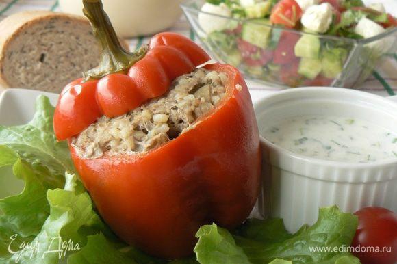 подаем перцы с зеленью и соусом. Приятного аппетита!