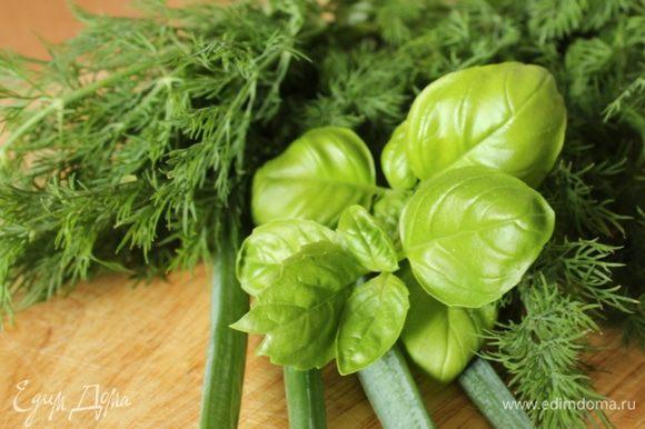Зелень помыть и обсушить. Кстати, базилик и зеленый лук - с огорода на окне)))))))