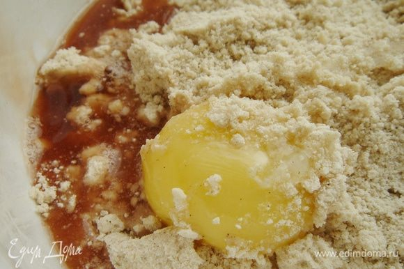 В миске смешать муку, сахар, соль и специи по вкусу. Масло нарезать на кусочки и растереть с мучной смесью в крошку. Добавить желток, вино и замесить мягкое тесто. При необходимости добавить холодной воды. Тесто скатать в шар и убрать в холодильник на 1-2 часа.