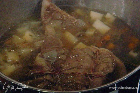 Готовое мясо освободить от ниток,
